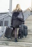 Frau mit Koffern gehend herauf Treppe Stockfoto