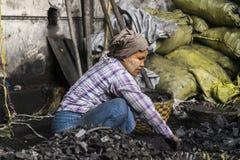 Frau mit Kohle Lizenzfreie Stockbilder