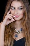 Frau mit Kontaktlinse des grünen Auges, dem langen Haar und großer Halskette Lizenzfreie Stockfotos
