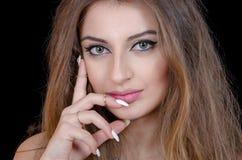 Frau mit Kontaktlinse- und Fingerringen des grünen Auges Stockbilder