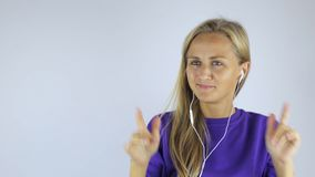 Frau mit Kopfhörern stock footage