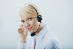 Frau mit Kopfhörern. lizenzfreie stockfotos