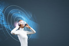 Frau mit Kopfhörern Lizenzfreie Stockfotos