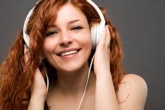 Frau mit Kopfhörern Stockfoto