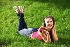 Frau mit Kopfhörern Stockbild