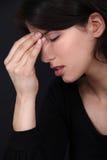 Frau mit Kopfschmerzen lizenzfreie stockfotos