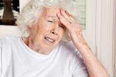 Frau mit Kopfschmerzen stockbilder