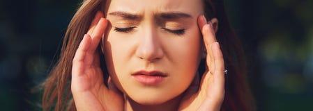 Frau mit Kopfschmerzen, Migräne oder Druck lizenzfreie stockfotografie