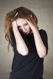 Frau mit Kopfschmerzen- oder Krisenkonzept Stockfotografie
