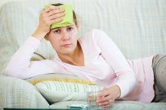 Frau mit Kopfschmerzen zu Hause Stockbilder