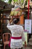 Frau mit Korb auf dem Kopf Lizenzfreie Stockfotos