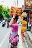 Frau mit Korb auf dem Kopf Stockfotografie