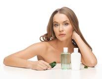 Frau mit kosmetischen Flaschen lizenzfreie stockfotos