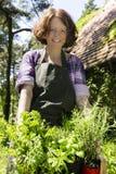 Frau mit Kräutern in einem Garten lizenzfreies stockbild