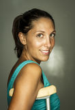 Frau mit Krücken Stockfoto