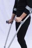 Frau mit Krücken Stockbilder