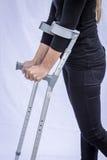 Frau mit Krücken Lizenzfreies Stockfoto