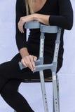 Frau mit Krücken Stockbild