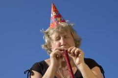 Frau mit Krachmacher auf der Party lizenzfreies stockbild
