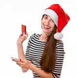 Frau mit Kreditkarte auf Weihnachten Stockfoto