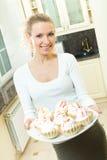 Frau mit Kuchen lizenzfreie stockfotografie