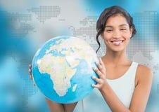 Frau mit Kugel gegen blaue Karte Lizenzfreies Stockfoto