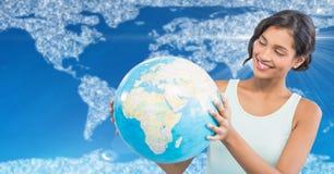 Frau mit Kugel gegen Karte mit Wolken und blauem Hintergrund Lizenzfreies Stockfoto