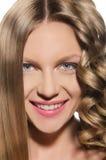 Frau mit Lächeln eines kaltem Haares Stockfotografie