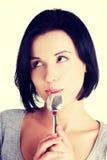 Frau mit Löffel in ihrem Mund stockfoto