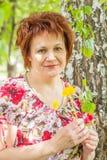 Frau mit Löwenzahn lizenzfreie stockfotografie