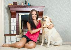 Frau mit Labrador-Apportierhund Lizenzfreie Stockbilder