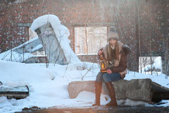 Frau mit Lampe Stockfoto
