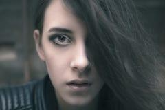 Frau mit lange Haar-Bedeckungs-halbem Gesicht Stockfotos