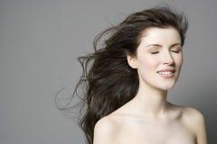 Frau mit langem Brown-Haar und -augen geschlossen Lizenzfreie Stockfotografie
