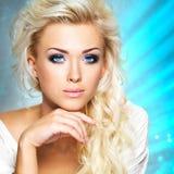 Frau mit langem gelocktes Haar- und Artmake-up Lizenzfreies Stockfoto