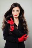 Frau mit langem gesundem Haar-und Ereignis-Make-up Nettes MO Lizenzfreies Stockfoto