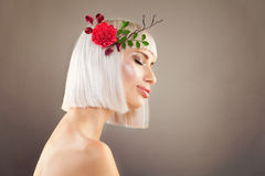 Frau mit langer gesunder Frisur Stockfoto