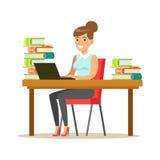 Frau mit Lap Top At The Desk umgab durch Stapel von Büchern, lächelnde Person In The Library Vector-Illustration Lizenzfreie Stockfotografie