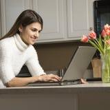 Frau mit Laptop. stockfotos