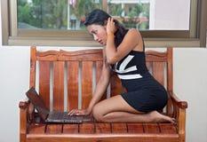 Frau mit Laptop Lizenzfreie Stockfotografie