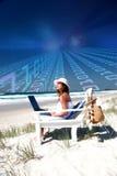 Frau mit Laptop auf Strand Stockbild
