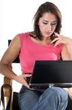 Frau mit Laptop in den Direktoren Chair Stockfotos