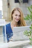 Frau mit Laptop draußen Stockfoto