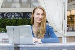 Frau mit Laptop draußen Stockfotos