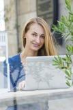 Frau mit Laptop draußen Lizenzfreies Stockbild