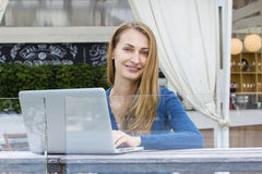 Frau mit Laptop draußen Stockbilder