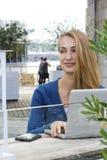 Frau mit Laptop draußen Lizenzfreie Stockbilder