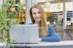 Frau mit Laptop draußen Lizenzfreies Stockfoto
