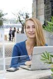 Frau mit Laptop draußen Lizenzfreie Stockfotos