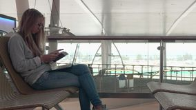 Frau mit Laptop am Flughafen stock video